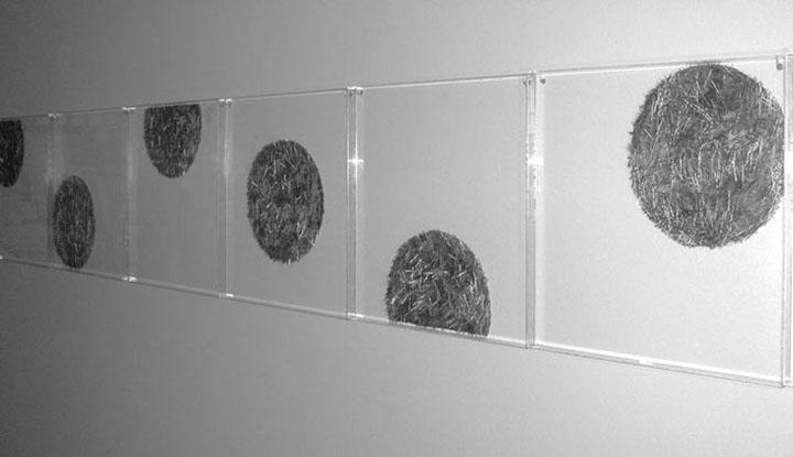 'Cogidas con alfileres. Búsqueda' Composición. Metacrilato y alfileres. 350 x 50 cm