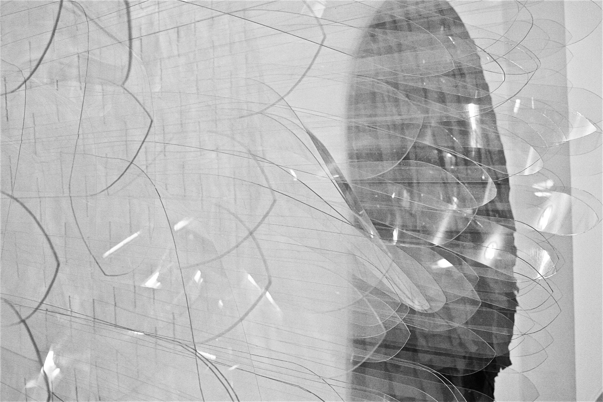 'B/N'. Instalación. 2 círculos de Ippon Light B/P y negro, 120 cm diámetro c.u. Policarbonato compacto transparente 1 m/m y papel craft negro