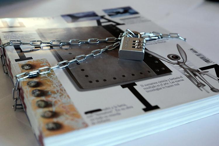 'Contraseñas', 5 revistas Lápiz atadas con una cadena cerrada con un candado.