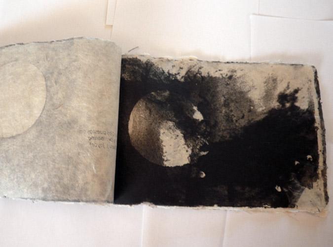 'Pensamientos negros', 2011. Libro de pulpa de papel de dos colores, hecho por la artista con fibra de Gampi y pulpas coloreadas. Ejemplar único